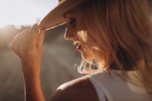 kolorze miodowego blondu