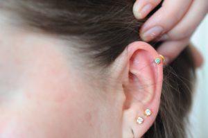 reklama przekłuwanie uszu