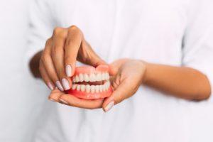 sztucznych zębach
